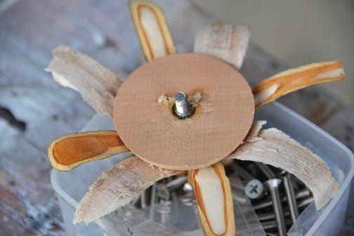 お飾りのほうにもボルトを仕込んで、ステムのボルトに共締めです。