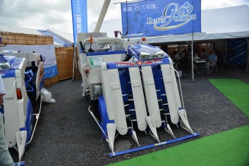 青い頭の顔が運転席左に顔を出しています。イセキコンバインフロンティアファイター ISEKI COMBINE HFG447GVRW 水冷4サイクル4気筒ディーゼルエンジン 2197cc 47馬力 価格¥6,134,400