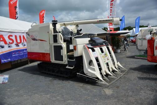 三菱コンバイン mitsubishi combine V698M 6条刈り 価格¥13,770,000 水冷4サイクル4気筒ディーゼルターボエンジン 3769cc 98.4馬力 以上、プライスタグに書いてあります。こちらもクボタ製エンジンのようです。