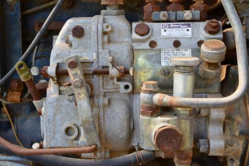 発売は1975年か1976年か1977年あたり、二輪駆動の3気筒1,463ccディーゼルエンジン、28馬力/2600rpmの青いトラクターです。