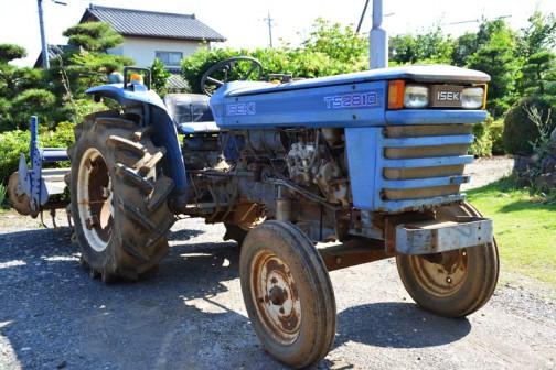 イセキTS2810。発売は1975年か1976年か1977年あたり、二輪駆動の3気筒1,463ccディーゼルエンジン、28馬力/2600rpmの青いトラクターです。
