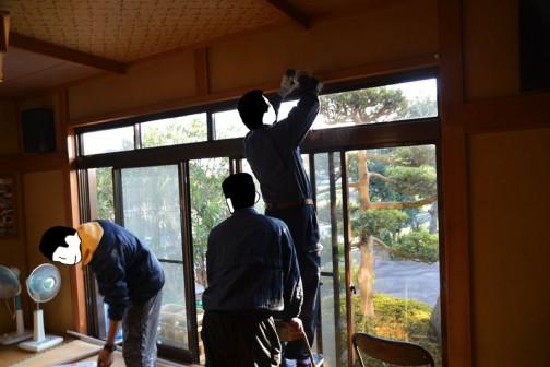 世話人さんが準備をしている間、他の人たちは集落センターのカーテンを取り替えるのに夢中です。