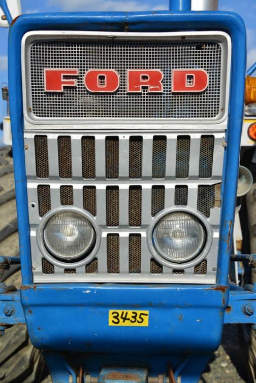 FORD2000は調べてみると思ったより全然古くて(見た目が綺麗で新しく思えたんです)1965年-1975年、少なくとも40年、ヘタをすると50年くらい前のものみたいです。  このフォードはENFO(イギリスフォード)ではなく、アメリカ製で、エンジンはガソリン、ディーゼルともに2.6Lの3気筒(この機体は・・・ガソリンなのかなあ)馬力は34馬力とか36馬力とか色々記述は見受けられます。