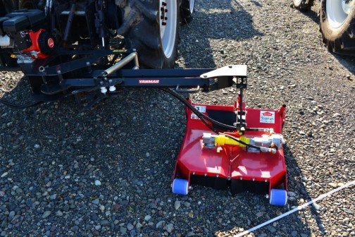 モアーと書いてあるので、草刈機なんですね!モアーの動力でしょうか・・・エンジンが後ろに載ってます。大きなトラクターにつけるには少しかわいらしい感じです。