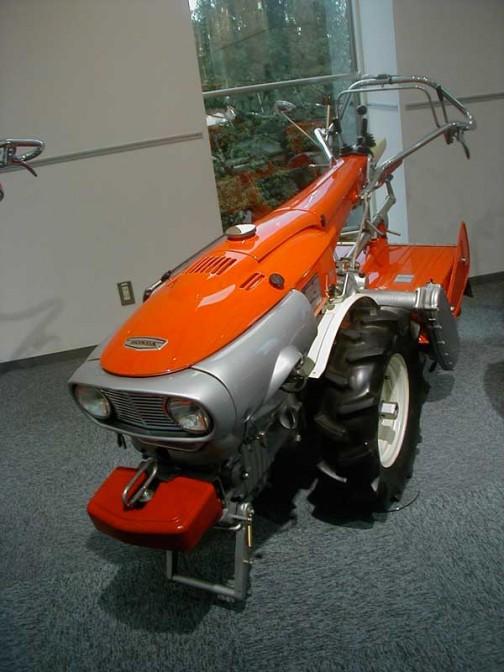 1966年 ホンダ耕耘機 F90 昔の未来の形、全開な感じです。今でもカッコいい。エンジンはなんと空冷4サイクルディーゼル!排気量/479cc/最高出力/9PS/3,000rpm/変速機/前進8段/ 後進2段/当時の価格は¥272,000!高い!