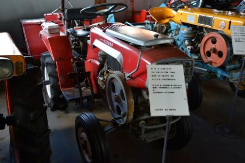 1964 KUBOTA Tractor RV70 10PS  機種名:クボタトラクタ 形式・仕様:RV-70型 10馬力 製造国・国:(株)クボタ 日本 導入年度:1964(昭和39)年 使用経過:水田地帯に多く導入された機種で、乗用耕耘機として人気が高かった。 主な作業はロータリでの耕耘。