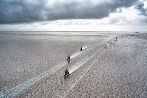 写真も上がっています。相変わらず目を引くのは、ウユニ塩湖の写真・・・地平線の果てまで続く亀甲模様・・・海の上を走っている感じだろうなあ・・・
