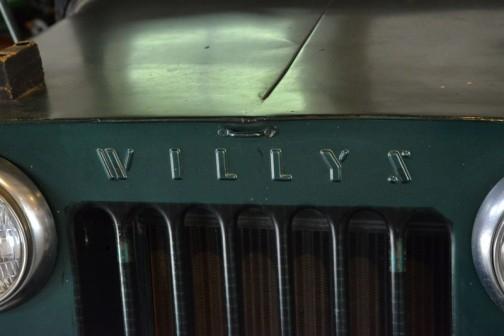 ウィリスジープ 汎用トラクタ  1951年(昭和26年)ウィリス社製(アメリカ) C-1-3A型 70馬力 ガソリンエンジン  1952年(昭和27年)北見市 導入価格は120万円。 当時農家1年の販売高が6〜70万円のころ、機械化の先鞭をつけるのに、家を買うか車を買うか2年間悩み、120万円の借金は決断的導入だったという。 30歳の兄と弟の二人は昼夜働き、二年間でジープ代を払い、家一軒建てたという家宝のトラクタでもある。