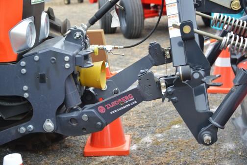 これって普通のトラクターのお尻部分と一緒ですよね? ということはポン付けてドライブハローなんかついちゃうのかな・・・逆回転しそうだけど。回転軸は繋がっていないように見えます。