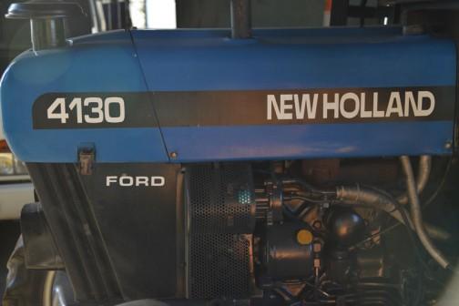 4130 NEW HOLLANDの下にFORDと小さく・・・