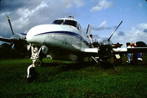 この村に行くために乗った小さなプロペラ機は、草地の滑走路に着陸する時に失敗してスタック。プロペラはわずかに地面を叩いています。キモを冷しました。