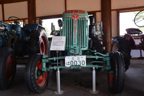 ノルマーグ社は1934年に創業して当初は2スト単気筒焼き玉エンジンを搭載した、ランツブルフドッグのようなトラクターを作っていたそうです。
