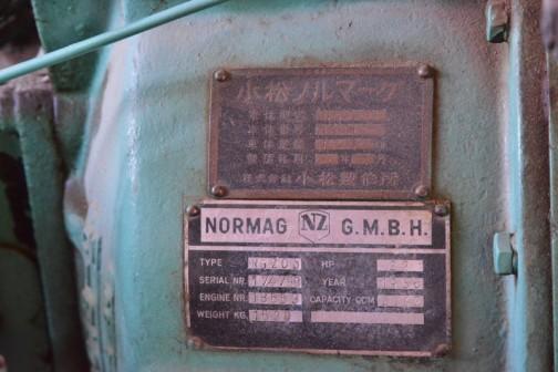 上は小松製作所の銘板、下はNORMAG社の銘板です。