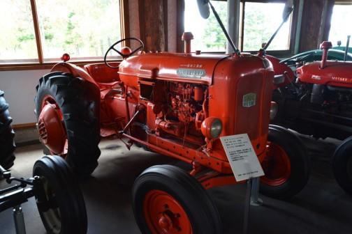 で、その後、1957-61までナフィールド3は作られて、3DLは1961年製なのだけれど、BMC3気筒ディーゼルは2.55リッター28馬力と言うんだよなあ・・・
