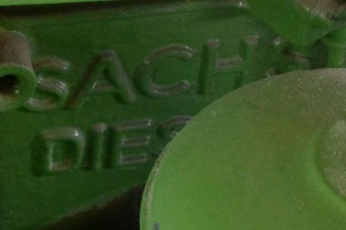 お隣にあった同じくホルダー社のエンジン部分を拡大してみると、sachs diesel とあります。
