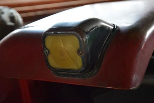 フェンダーの上のウインカー。なかなかカッコいいです。チェコ製まではわかったのですが、メーカー名は判読できず。