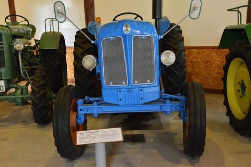 フォードソンメジャートラクタ  1954年(昭和29) フォードソン社製 (アメリカ) パワーメジャー型 52馬力 動力取出しプーリーが胴体横に付いている。  1955年(昭和30) 八雲町 元山牧場 150万円で導入。 町内では導入第一号機。 近年まで使用していた、堅牢で性能も優れていたという。 使用後は苦労して買い求めたので家宝として自家保存していた。  同型は6年間に道内に30台導入された。