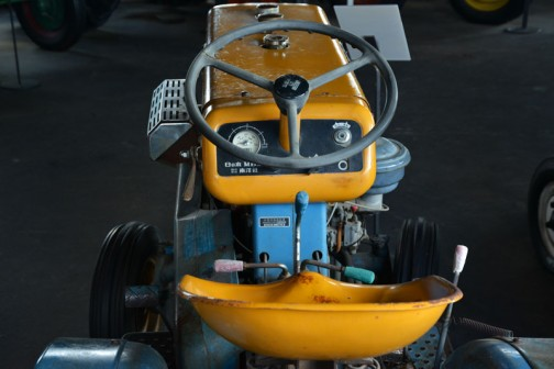 機種名:日の本号トラクタ 形式・使用:MB13型 12.5馬力 ニッサンエンジン 製造社・国:日の本㈱ 日本 製造年度:1964(昭和39)年