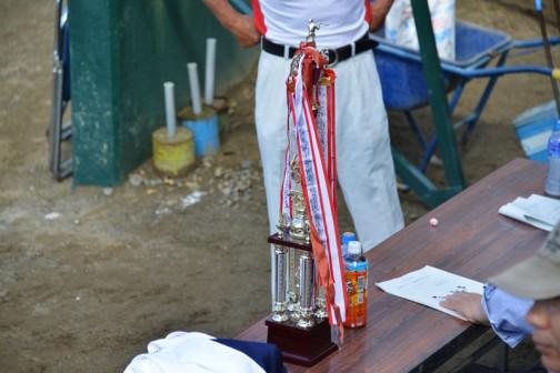 島地区の体育委員さんがトロフィーを持っているので訳を聞くと、「去年優勝した」というではありませんか・・・そんなの聞いてねーゾ?!?!