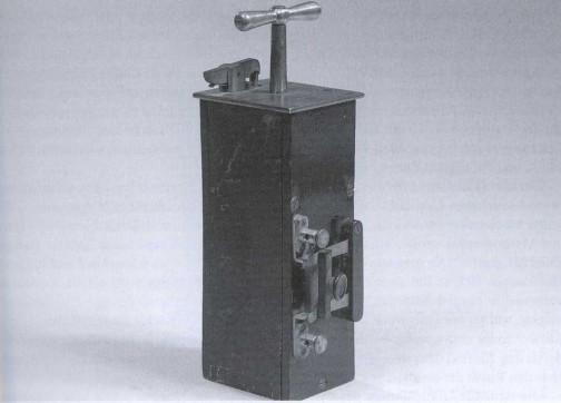 発破をかける時に「バシュッ」と押すヤツ・・・あれも発電機で「マグネトー」んばんですって・・・これも知らなかったというより、考えたこともなかった。