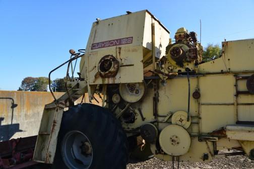 クレイソンコンバインM122。大きい機械ですが、この構造、中身ががらんどうで唐箕にそっくりです。空き缶みたいなものですから壊れやすい。