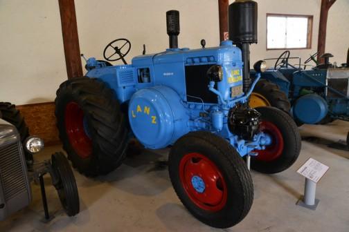 1953年(昭和28) ランツ社製 ランツブルドッグトラクタ 1953年(昭和28) ランツ社製 (ドイツ) 単気筒2サイクル焼玉エンジン 自重5tn 1954年(昭和29) 耕土改良事業に国の貸し付けで北海道内11農協などに配置された。 畑地の深耕による農作物の増収に大きく貢献した。 音更農協で昼夜活躍していたものを、大学の教材に使用後保存していた。 同型はこの11台の導入のみ。 同型の全道での導入は92台。 LANZ BULLDOG TRACTOR YEAR: 1953(Showa 28) Manufacturer: Lanz (Germany) Model: D1506 Output: 55ps Weight: 5 Tons Single piston 2 stroke hot bulb engine In 1954(Showa 29) the Land improvement Industries, subsidized by the Goverment of Japan, puchased 11 of these tractors for use by the local agricultural unions. The use of these tractors greatly increased the crop harvests for the area. After being used non-stop by the Kawanishi-mura Agricultural Union, this tractor was preserved by the college. The aforementioned 11 were the only purchases of this model.1953年(昭和28) ランツ社製 ランツブルドッグトラクタ 1953年(昭和28) ランツ社製 (ドイツ) 単気筒2サイクル焼玉エンジン 自重5tn タイヤが入っているみたいな、LANZロゴ入りカバー・・・気になります。なんでしょう・・・