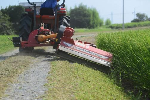 水戸市大場町島地区農地水環境保全会のスライドモアによる草刈りの様子