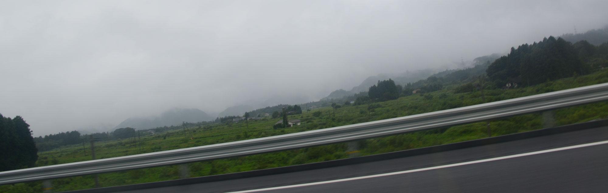 多分田んぼであろうという場所にあるのは稲ではなく、ただの草のようです。そして田んぼも畑も山も家もまったく区別なく、ひとつの塊のように見えます。