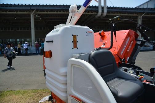 クボタコンバイン エアロスターラクリード ER217GW-C プラスチックのグレンタンクにウインカーが付いています。