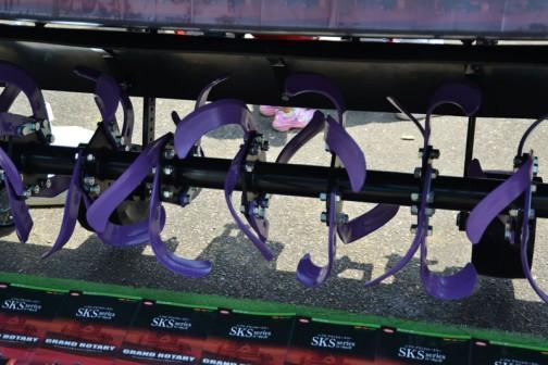 グランドロータリー SKS2000-4SD 価格¥1,004,400 今までにない驚異のすき込み力! 新開発「J500G爪」と均平板空間の変更により生まれた反転スペースですき込み性能が大幅に向上! 土付着が少ないフロートラバー採用! 軽量・近接設計でマッチングバランスUP! 均平板らくらくアシストで均平板を持上げる力が従来の半分に! 適応馬力45〜60馬力 質量415kg