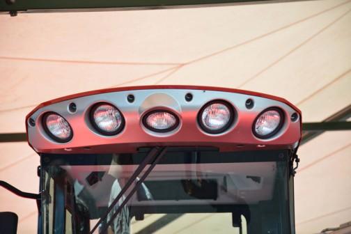 張り出した庇に収納された下向きの作業灯。宇宙船みたいです。