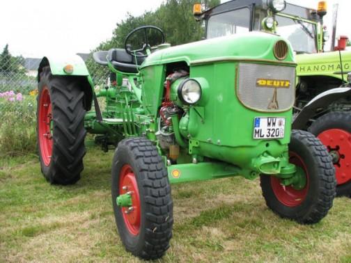 機種名:フンボルトドイツトラクタ 形式・仕様:D-40L 45馬力 製造社・国:フンボルトドイツ社 ドイツ 製造年度:1959(昭和34)年 使用経過:1959(昭和34)年頃から輸入され、道内の導入がはじまる。 空冷エンジンで、厳冬期でも調子がよく使えた。 酪農家に多く入り、40年を過ぎた今も各地で多く使われている。 販売は、共立(株)が一手に行い、一般の呼び名は、共立ドイツトラクタと言われていた。