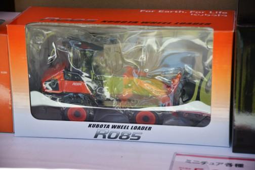 こちらも¥6,000なのかな・・・クボタホイールローダー R085 何だかコアだな。