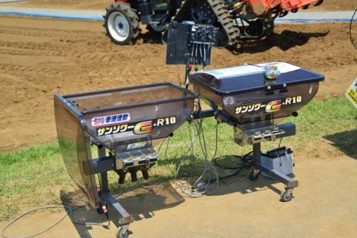 ジョーニシ トラクター用 車速連動施肥機(粒状・砂状・微粒兼用型) サンソワー G-R-10 価格¥318,600 なんだろ、カラフルなプロペラの付いたモーターが上に乗ってる。