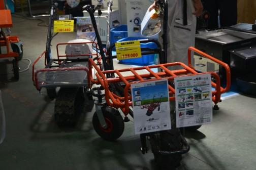 奥 クローラ電動運搬車 ¥181440 手前 電動三輪運搬車 最大搭載量120kg!! ラグタイヤ標準装備で不整地もラクラク! 価格¥128000