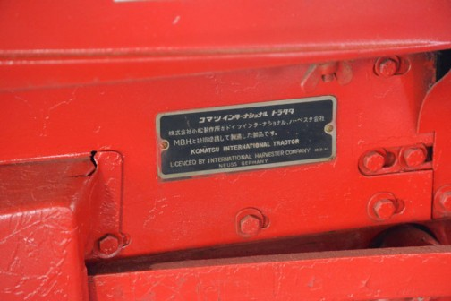 機種名:コマツインターナショナルトラクタ 形式・仕様:D-219 19馬力 製造社・国:株式会社小松製作所 日本 製造年度:1963(昭和38)年 使用経過:株式会社小松製作所がドイツ、インターナショナルハーベスター会社M.B.H.と技術提携して製造した製品です。 日本で導入された台数は少ないといわれ、珍しい現存品なのです。 本人はモアーの専用機で24年間使用していたもの。