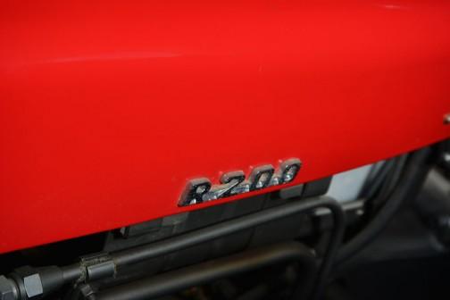 機種名:三菱トラクタ 形式・仕様:R200型 12馬力 製造社・国:三菱重工株式会社 日本 導入年度:1965(昭和40)年 使用経過:南幌町、星豊氏が購入、長年使用後㈱南幌農機が所有して保存中のもの。現在も使用できる。