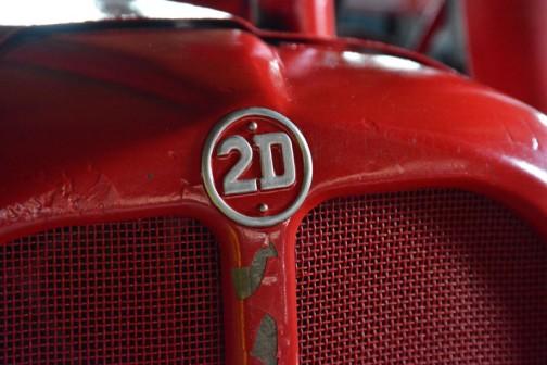 機種名:デビットブラウン 形式・仕様:2D 14馬力 製造社・国:デビットブラウン社 イギリス 導入年度:1962(昭和37)年  使用経過:4サイクル空冷ディーゼルエンジン。1956(昭和31)〜1961(昭和36)年の6年間製造され、日本に3台導入され、北海道1台、本州には2台納入された。 作業機の昇降は2本のエアシリンダで行い、プラウ、カルチベータ、播種機を中央に取付けて作業した。 中央農業総合研究センター所蔵