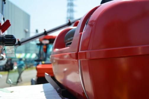 丸山製作所 ハイクリアランス・ブームスプレーヤー ベジキュートBSA-500JEQ 価格¥3,996,000 薬剤タンク 容量:500L(最大545L) 操作方式:プロペラ(機械式)・噴流 ブーム装置 撒布幅:10m 高低方式:電動油圧450〜1520mm ノズル個数:33 寸法 軸距:1570mm 輪距:1540mm 有効地上高:1100mm 噴霧用ポンプ 形式:MS625S 吐出量:60L/min 常用吐出圧力1〜2.0MPa エンジン 名称:D722(ディーゼルエンジン) 連続定格出力:14.5PS 燃料タンク:20L 走行部 形式:4WD/4WS(2-4WS切替付) 変速段数:HST(無段変速) 走行速度:0〜10km