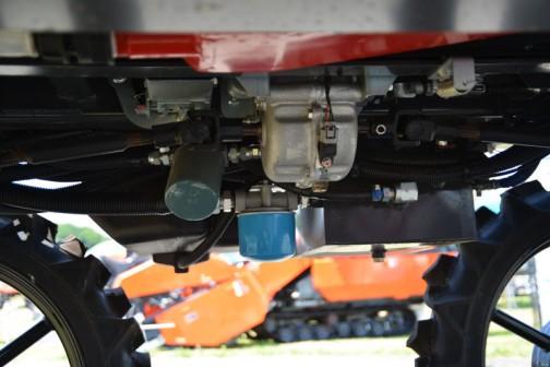 丸山製作所 スーパーハイクリアランス・ブームスプレーヤー ベジキングBSA-650CS 価格¥6,210,000 薬剤タンク 容量:600L(最大650L) 操作方式:プロペラ(機械式)・噴流 ブーム装置 撒布幅:9.9〜15.9m 高低方式:電動油圧465〜1305mm ノズル個数:53(2方向切替) 寸法 軸距:1500mm 輪距:1200mm 有効地上高:800mm 噴霧用ポンプ 形式:MS1000F 吐出量:100L/min 常用吐出圧力1〜2.5MPa エンジン 名称:D1105(ディーゼルエンジン) 連続定格出力:20.9PS 燃料タンク:20L 走行部 形式:4WD/4WS(2-4WS切替付) 変速段数:HST(無段変速) 走行速度:0〜11km(路上) 0〜4km(撒布)