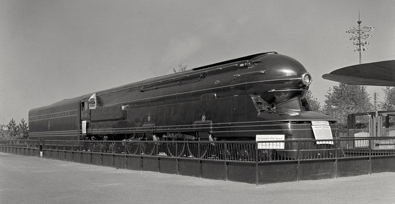 PPR-S1という蒸気機関車、このアールデコ調の外装をデザインしたのがレイモンド・ローウィさんなんだそうです。ひえ〜