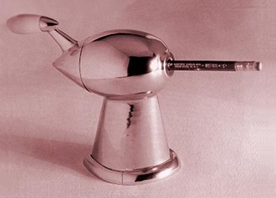 ローウィさん、同じくこんな流線型の鉛筆削りもデザインしていたみたいなんです。なんだか機関車も鉛筆削りも一緒だな・・・