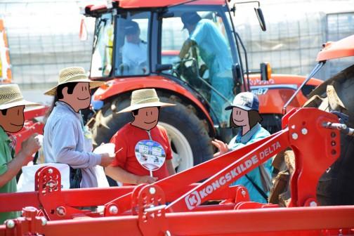 小さなかわいらしい女性が説明しています。農機が好きでこの会社に入ったんでしょうね・・・