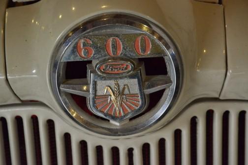 ニューフォードトラクタ 1955年(昭和30) フォードソン社 (イギリス) 640型 31馬力 ガソリンエンジン 1956年(昭和31) 常呂町 小林繁治 導入 町内でのトラクタ1号機は珍しく、付近の農家の羨望の的だったという。 町内でも30haほどの大規模農家で機械化の威力は予想以上の活躍をしていた。 近年までハウス内で使用していた。 同型は8年間に道内で40代導入された。 NEW FORD YRACTOR YEAR: 1955(Showa30) Manufacturer: Fordson(England) Model: 640 Output: 31ps Fuel: Gasoline In 1956(Showa 31) Mr.Shigeharu Kobayashi of Tokoro-cho purchased this tractor. It was the first tractor purchased in the area and was the center of discussion for many farmers nearby. This tractor played a surprisingly great part in the succes of the cultivation at his enormous 30 hectare farm. Until just recently it has been in use at his greenhouse. Duaring the 8 years production of this model, 40 were purchased in Hokkaido.