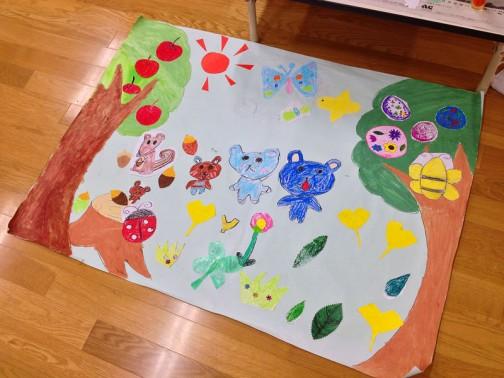 これは森のボール遊びチーム。とりあえず森というからには森の絵でしょ・・・ということで森を描いているのかな・・・