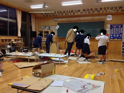 授業の内容を相談してまとめるわけですけど、子供たちはまだまだ想像を形にすることに慣れていないので、右往左往しています。