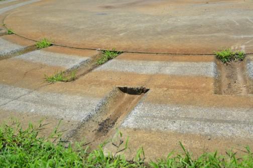 コンクリートの角が丸くなるほど回っているんです。それが必要なことで、だれかがやらねばならないとしても、このテストに供されるトラクターはアンラッキーですね。仕事して感謝されるわけでもなく、ただひたすらここを回る・・・