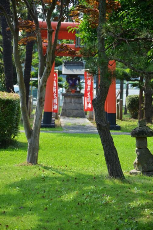 手前に木にピントが合ってしまった・・・日本と同じように外国の工場には教会があったりするのでしょうか・・・