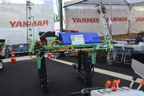 これもちょっと気になった機械。ネギ用ハイクロブームスプレーヤ BSK-3040AES 価格¥1,944,000 65〜91cm地上高 8.5(10.4)m 撒布幅(最大オプション) 300ℓタンク容量