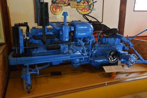 フォードソンメジャートラクタ 1957年(昭和32) フォードソン社製(イギリス) パワーメジャー型 32馬力ディーゼルエンジン 1958年(昭和33)網走地方で使用していたものか? 当時のトラクタでは、高バリキディーゼルエンジン自重もあって、重作業には驚くほどの威力を発揮していた。 後に勝部が入手使用後保存していた。 アメリカやイギリス出は、同型が現役で使われている。 この種は5年間で30台道内に入っている。  FORDSON MAJOR TRACTOR YEAR: 1957(Showa32) Manufacturer: Fordson(England) Model: Power Major Output: 52ps Fuel: Diesel  In 1958(Showa33) this tractor was purchased. and most likely used, in the Abashiri area. In the period of its use, it was well renowned for being a very powerful piece of heavy equipment. Eventually it came into the ownership of Mr, Katsube.  Duaring the 5 years of production of this model, 30 were purchased in Hokkaido.